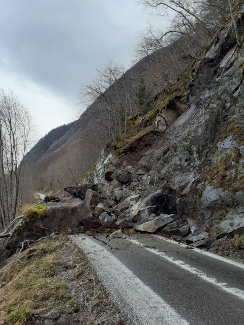 KNUST: Biletet viser at asfalten er knust under raset på den smale vegen ved Eitreneset mellom Vik og Arnafjorden. No skal strekninga sikrast.