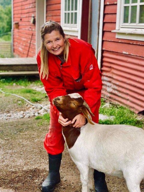 BETYR MYKJE: Agna Hollekve er med på å arrangera gratis rideleir for ungar i sommar, og seier det nok betyr mykje for dei å få kunna delta.
