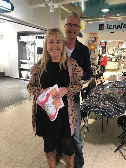 Daglig leder i Flyt AS, Anne Grethe Vasbø og leder ved Tananger senter, Geir Gabrielsen, er fornøyd med at mange besøkte senteret lørdag for å se skissene over hvordan torget og havnen i Tananger kan bli i fremtiden.