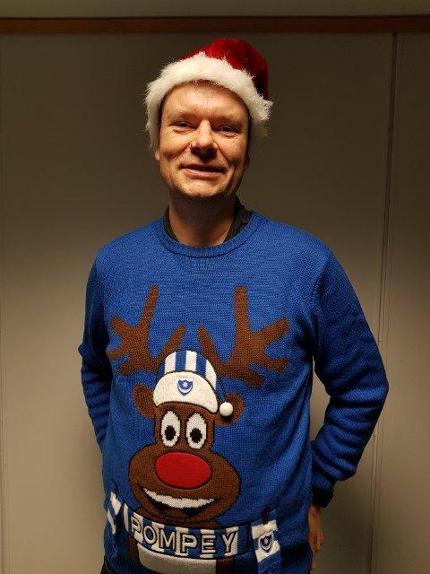 Bjarte Hope, rektor på Håland skole, viser sin forkjærlighet for Portsmouth og jul.