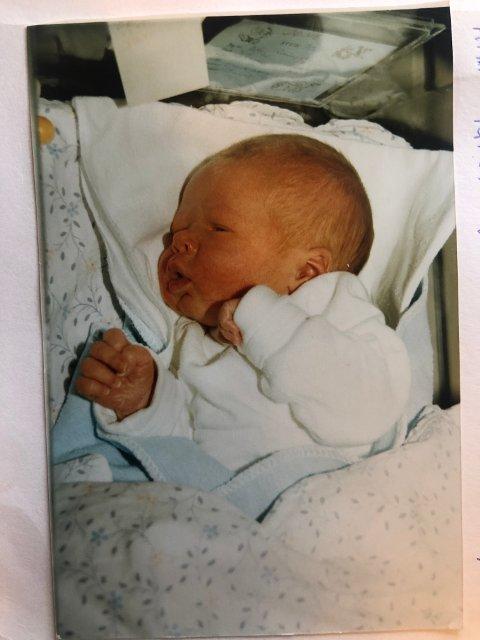 Jone på sykehuset etter fødselen: – Hadde jeg fått bestemme ville jeg blitt tatt på sykehuset like etter fødselen, sier Jone i dag.