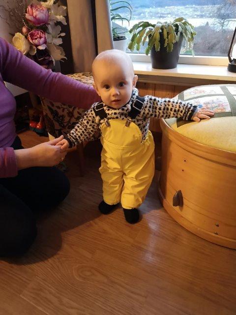 Konrad Kristoffer Helleberg (7 mnd.) har fått passende klær fra sin mormor nå som han skal bli med foreldrene på lofotfiske for første gang.