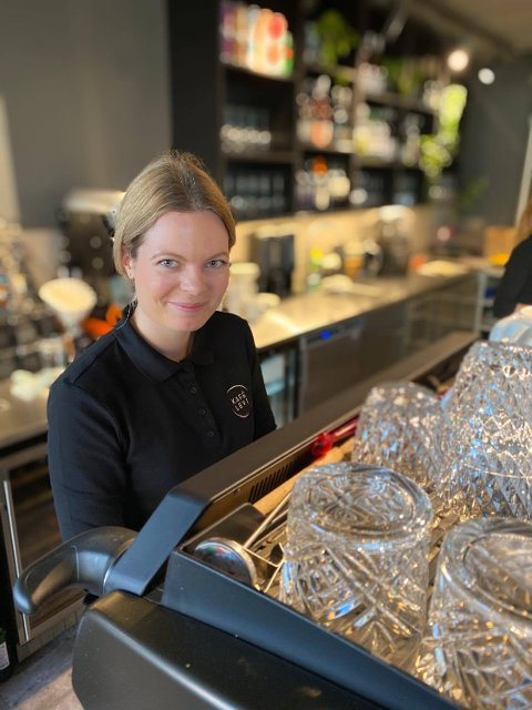 Carmen Mæland rakk bare å jobbe 1,5 uke før koronaviruset stengte ned alt. Nå gleder hun seg til å komme tilbake i sin nye jobb igjen.