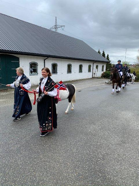 Først i toget går Anne Brandshaug og Kirsti Svabo med ponnien Santos (30år) mellom seg.
