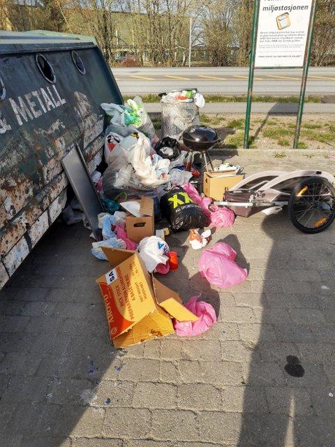 Slik så det ut mandag morgen, ikke ulikt flere morgener tidligere. Nå vil kommunen ha dumpingen vekk.