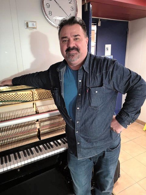 20 ÅR SIDAN SIST: Pianoet på Gullfaks C hadde sårt behov for kyndig hjelp. István Horváth gjorde sitt for å heva nivået på juleunderhaldninga på plattforma.