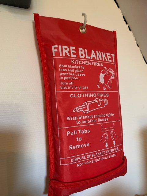 BRANNTEPPE: I tillegg til brannvarslar kan ein også ha anna utstyr som kan hjelpa om det oppstår brann i heimen.