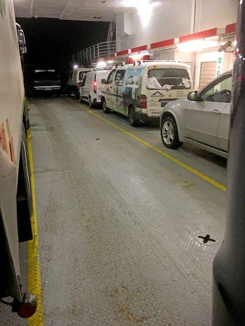 Dette bildet viser eksempel på at det kan være ledig plass på ferja, mens biler står igjen på kaien. (Foto: Privat)