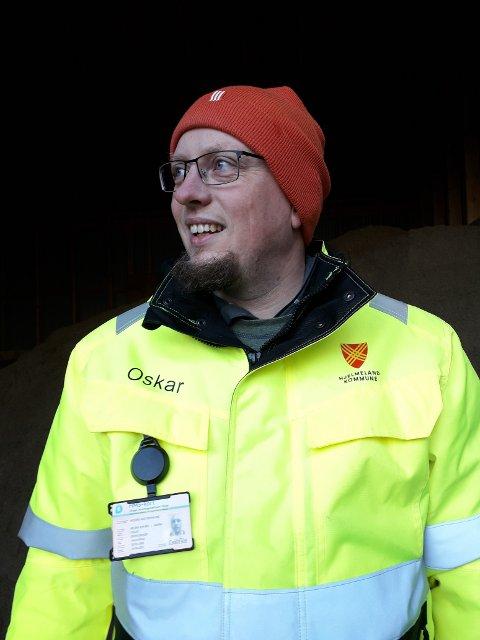FRYKTAR DET VERSTE: Oskar Ommundsen førebur seg på det verste, og fryktar at vatnet kjem så høgt at det kan renna inn i underetasjen på Vågahuset på Hjelmeland.