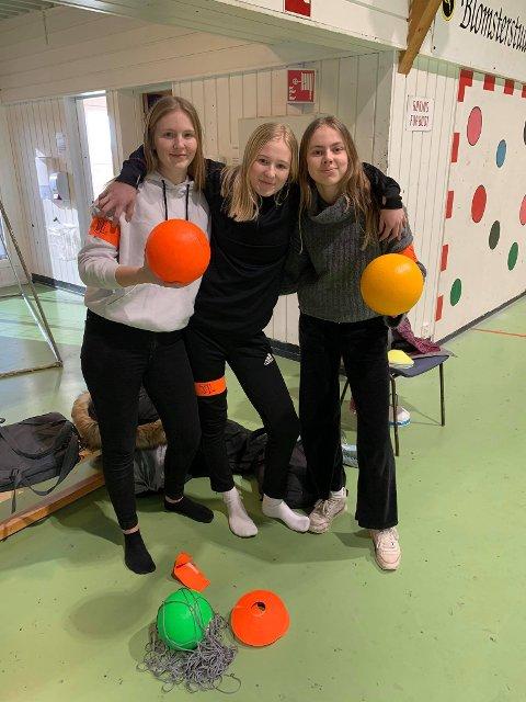 SKAPAR TRIVSEL: Trivselsleiarane Dina Lothe, Ronja Haukelid Asbjørnsen og Mina Bakken arrangerer kanonballturnering for medelevane sine.