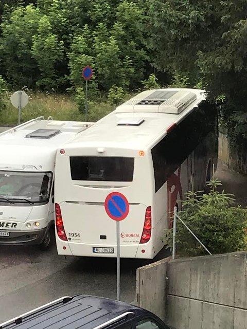 TRANGT: Det blir trangt om plassen når busser og bobiler møtes.