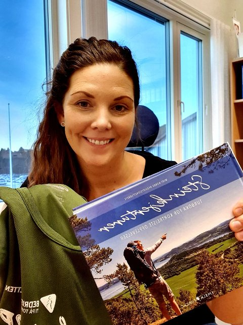 Ragnhild Dullum Knudsen i Bedriftsidretten Midt-Norge med noen av premiene.