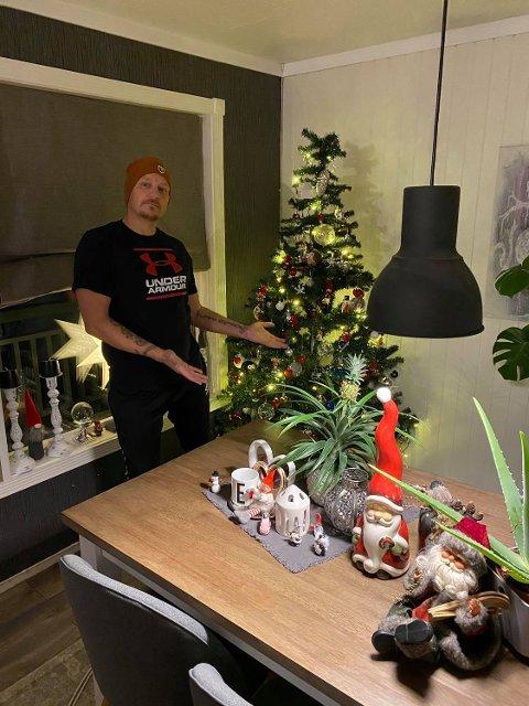 Tommy Gulstad pyntet ferdig juletreet 5. november, og har kunnet kose seg med julestemning i halvannen måned allerede