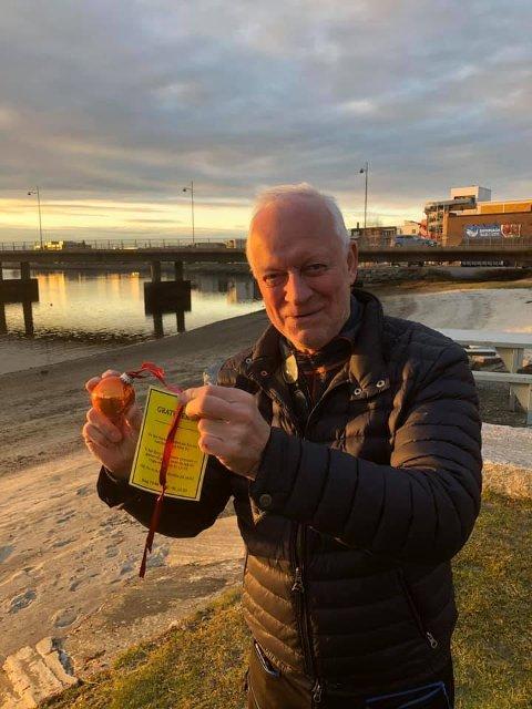 Julekulefinner: Odd Georg Skjemstad fant NRKs oransje julekule på Bystranda.