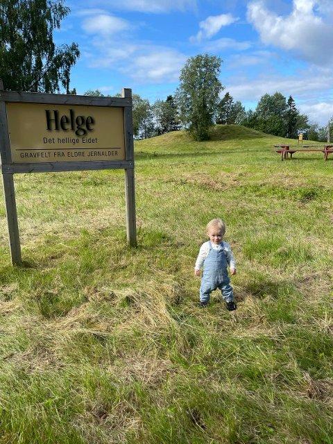Siden Isak Metlid Trapnes ble født for 14 måneder siden har foreldrene hans planlagt å ha barnedåp to ganger. På tredje forsøket tror de det blir, for den gudstjenesten foregår ute i det fri på Byafossen.