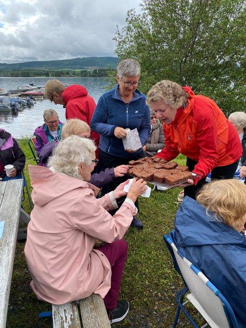 Gunn Røkke, som jobber i Steinkjer kommune, serverte kake. Kommunen har to ansatte som er delvis fristilt i sine stillinger for å jobbe med trivselstiltak for eldre i denne koronatida.