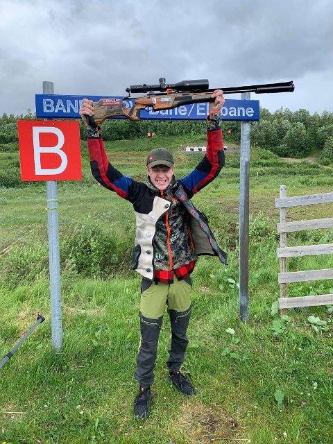 FORNØYD: en jublende glad  Alexander Løfblad kom hjem med bobilen full av medaljer etter NM i elgbaneskyting.