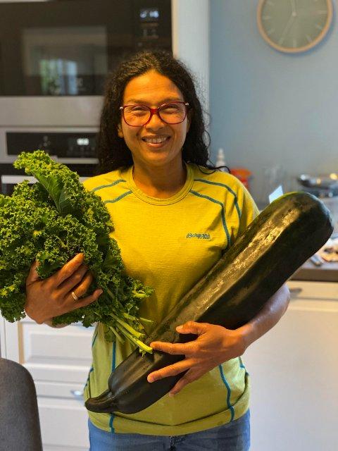 - Mamma har dyrket forkjellige grønnsaker gjennom noen år nå. I år har hun dyrket fram denne Squasen på 4,95KILO, skrev Runi Caroline Aune da hun sendte oss dette bildet nylig.
