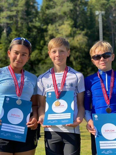MEDALJESANKERE: Sarah Krogstad Kjelvik tok sølv både på normaldistansen og i sprint i J-13-klassen. I G-13 ble det gull til Kristian Bratbakken på normal og sølv på sprinten. Sindre Aalberg (t.h.) vant sprinten og tok bronse på normaldistansen.