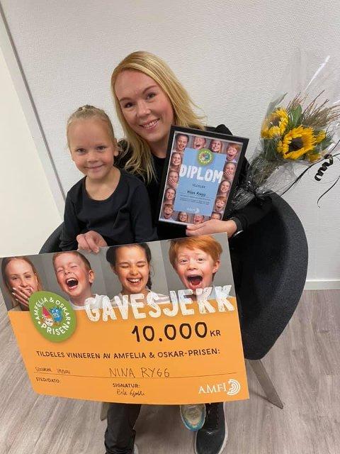 Nina Rygg og datteren Karoline var innom Amfi Steinkjer og hentet gavesjekken.