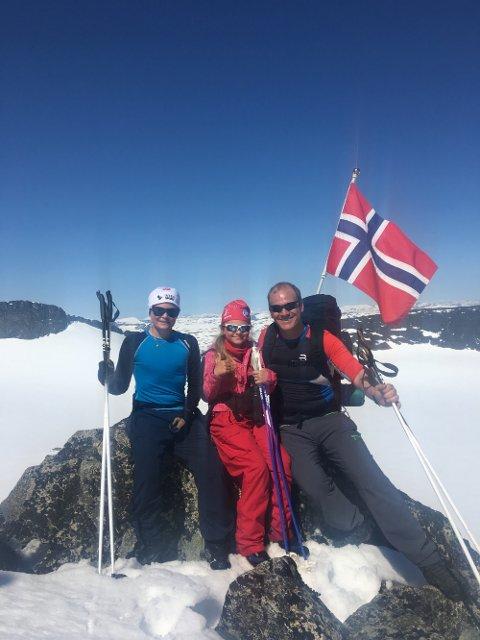 Kevin, Celine og Eivind-André feiret 17. mai på Galdhøpiggen.