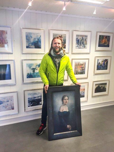 STILLER UT: Aune Sand er i Kragerø med broren Vebjørns kunst som stilles ut Galleri Finearts lokaler.  Foto: privat