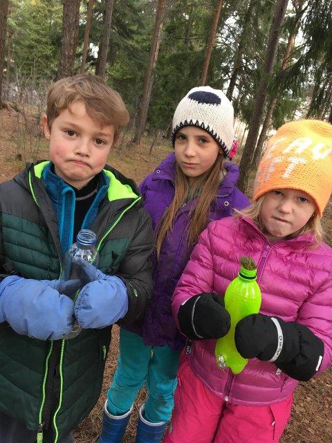 Trist: Elevene i andre klasse fant bongflaskene da de skulle leke. Fra høyre: Bea Deila Bryn, Astri Lyn Strand og Nicholas Klein-Holmen.