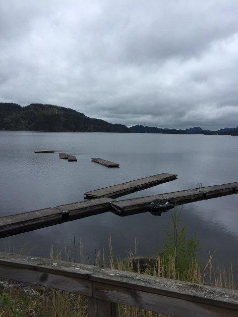 LENGE: På facebooksidene til Munkestua har dette bildet av bryggeanlegget ligget ute siden mai. Ifølge enkelte i kommentarfeltet har det sett slik ut siden i fjor vinter.