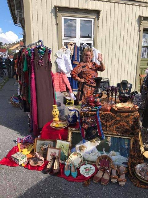 MARKED: Når hun skal selge klær, drar Wenche Gisholt gjerne rundt på markeder. Her er hun på Ny ork på Osebakken.
