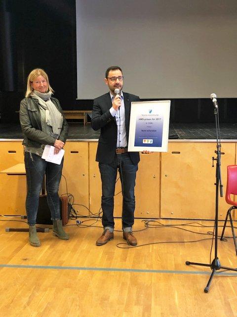 HMS-PRISEN: Her har rektor Cedomir Popadic på Nome kulturskole mottatt prisen av Kari Andersen i administrasjonsutvalget.