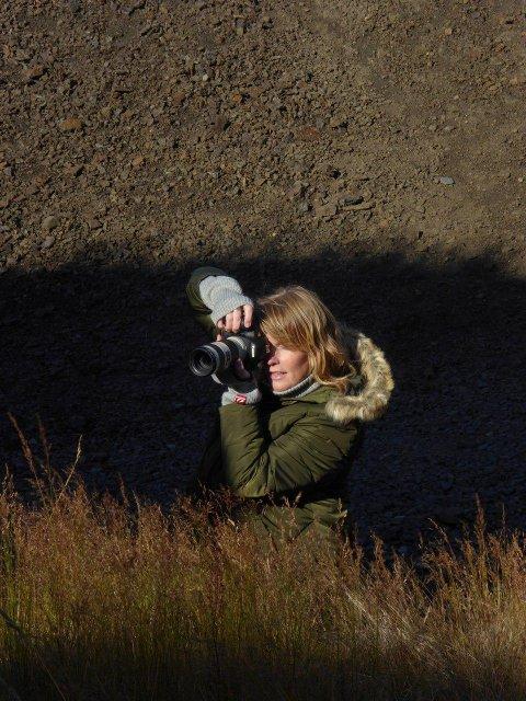 PÅ JOBB: Fotograf Jorunn Tharaldsen under en footseanse.