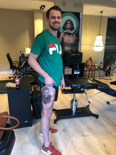 FORNØYD: Til tross for at han ikke akkurat ønsket seg en Solskjær-tatovering på låret, sier Tor Henrik Stensland seg fornøyd med kunstverket som nå pryder kroppen hans.