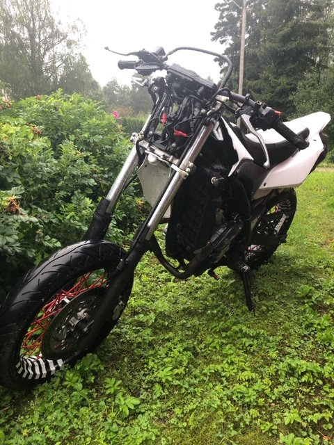 STORE SKADER: Dette er lettmotorsykkelen Anders satt på da han kræsjet i elgen.