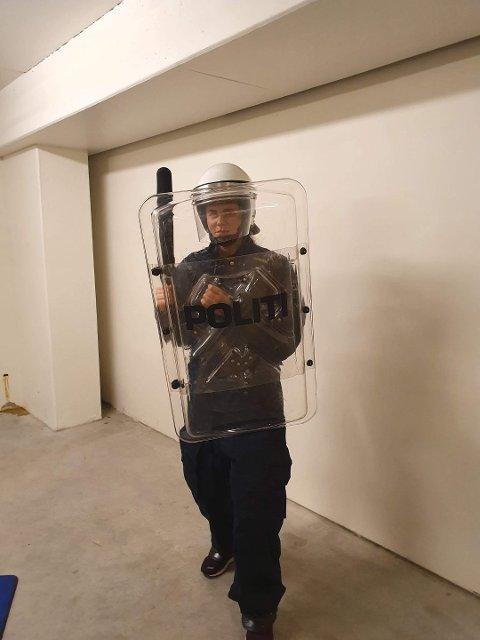BEREDT: Bjørnsen har full kontroll på utstyret som tas i bruk ved voldsomme hendelser. Foto: Privat