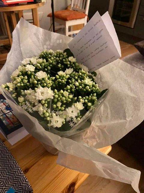 BLOMST: Denne blomsten og en forsonende hilsen fikk sokneprest Arnesen og menigheten på Rjukan fra to muslimer før sønsdagens gudstjeneste i Dal kirke. (foto : kirken i Tinn)