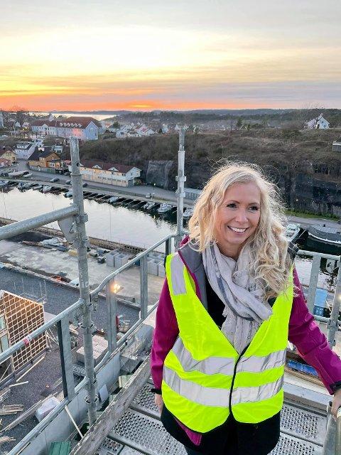 """PROSJEKTMEGLER: Hanne Eriksen Davik på toppen av """"Spiret"""" på befaring i november. Om et halvt års tid skal de første kjøperne flytte inn på Smietangen."""