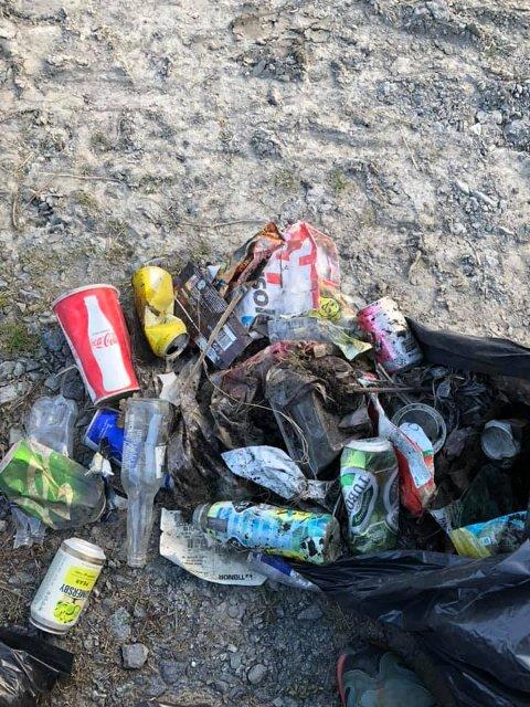 PÅ JORDE: Dette er bare en ørliten del av søppelet folk har kastet fra seg ut på jordet langs gamle E18.