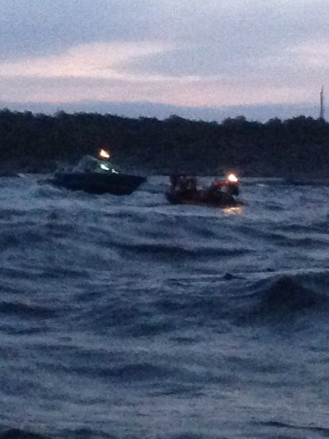 PÅ SKJÆR: En båt gikk på skjær i natt.