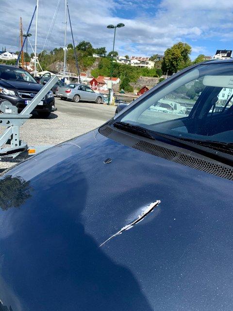 ØKSESLAG: De to mennene ble jaget med balltre og hammer og bilen de hadde med seg ble slått til med øks.