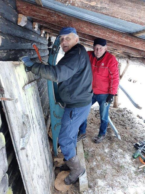 PÅ PLASS: Her har Hans Kristian Skårdal og Olav Leikvoll fra Lunde sogelag fått sleden på plass.