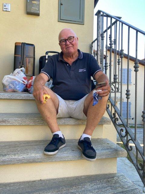 UTENFOR FAMILIENS HUS I ITALIA: Familien har delt dette bildet med Drammens Tidende. Her hadde Per Bomann-Larsen, på et av sine mange opphold i Italia, satt seg ned utenfor familiens hus i Serralunga d'Alba etter å ha låst seg ute.