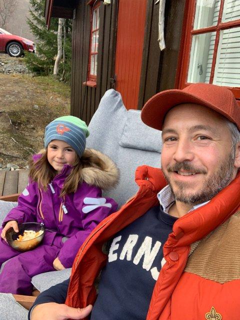 UTELIVET: André Ernst Grønås og datteren Lærke har funnet ut at de trives med hyttelivet.