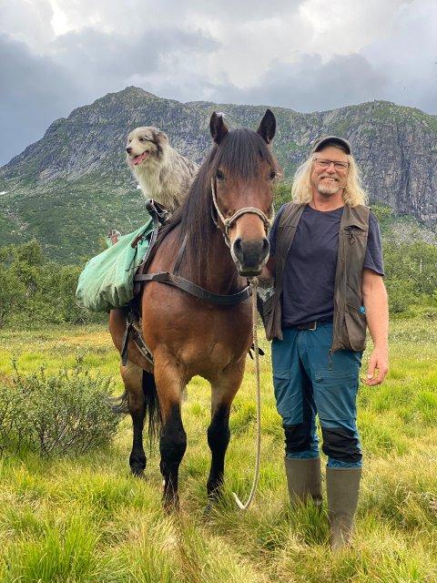 FOTOBONDEN: Jostein Hellevik, kjent som Fotobonden på NRK, har for tiden huset fullt av valper.