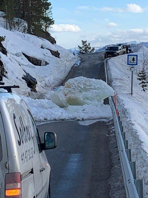 SPERRER: Isblokken sperrer veien.