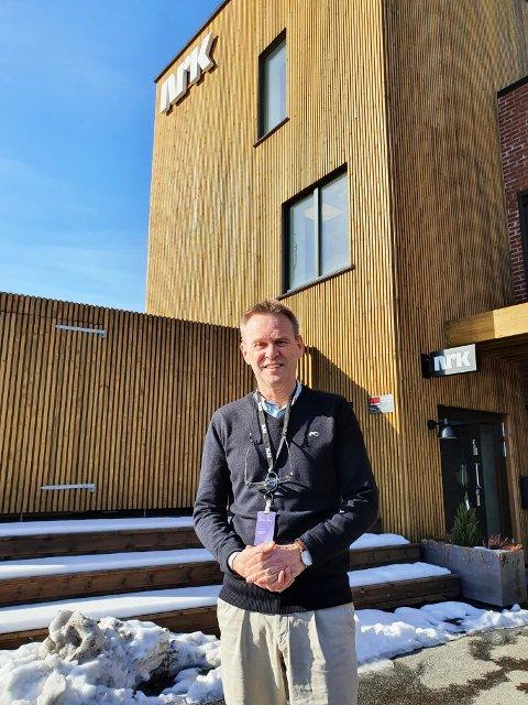 FARVEL REDAKTØR: Stig Bolme gir seg snart som NRK-redaktør. Men han gjenoppstår som journalist/reporter - og gleder seg til det. Bildet er tatt utenfor hovedkvarteret i Porsgrunn.