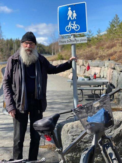 SJOKKERT: Tore Sveberg har fått en plass oppkalt etter seg og ble sjokkert over overraskelsen hans datter Kari tok han med til sist lørdag.