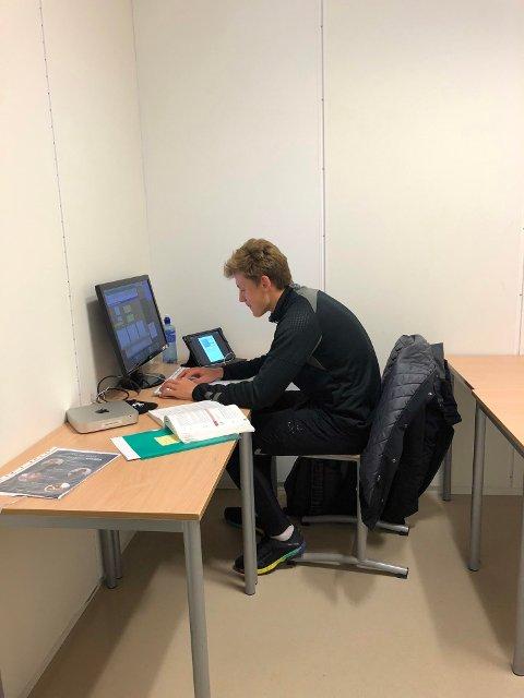 UVANLIG: Det ble en stille og rolig feiring for Filip Jørgensen, som måtte hjem å øve til økonomiprøve etter hans første scoring i Eliteserien.