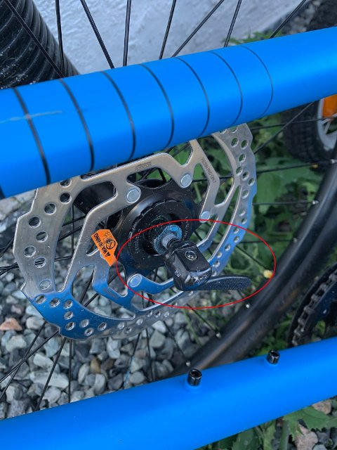 ENKEL Å LØSNE: På dagens sykler kan man ofte enkelt vippe ut hjulbolten som sørger for at hjulet sitter fast.