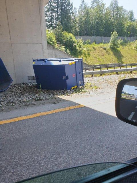 FALT AV: En av containerne som falt av traileren på E18 torsdag.