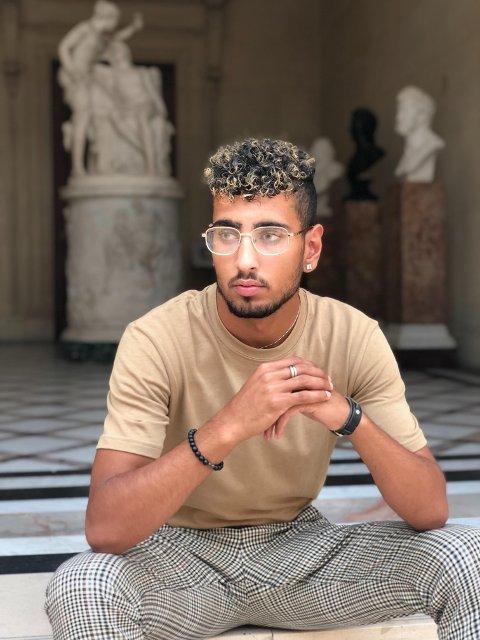 SJEKKER INN: Mandag 26. juli sjekker Amir Reza Bayat (22) inn på Paradise Hotel, som vises på strømmetjenesten Viaplay.